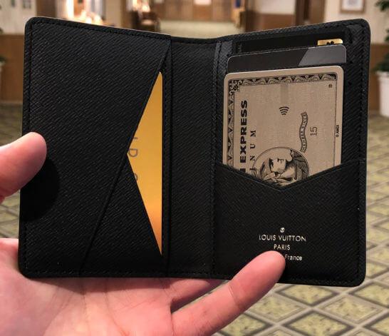 4枚のブラックカードを入れたカードケース