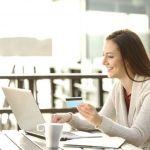 パソコンでネットショッピングを楽しむ女性