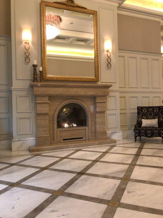 東京ステーションホテルの入口の暖炉