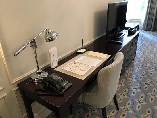 東京ステーションホテルのジュニアスイートツインのデスク
