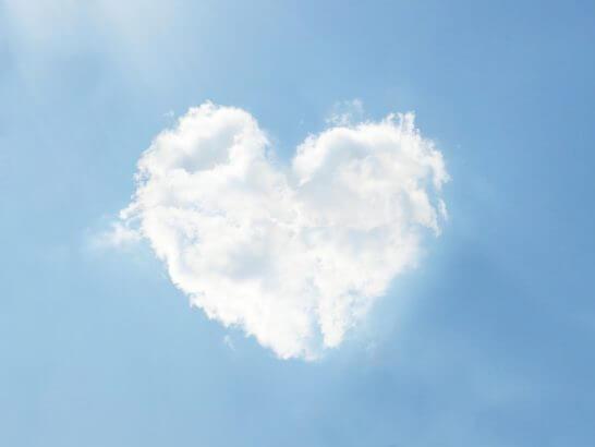 ハートマークの雲と青空