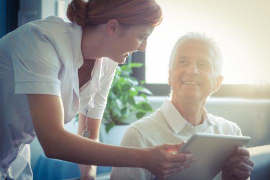 看護師と年配の男性