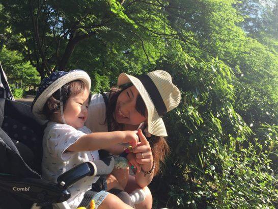 ベビーカーに乗る子供と母親