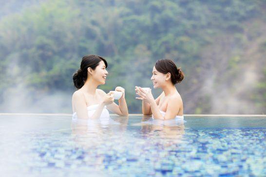温泉で談笑する女性