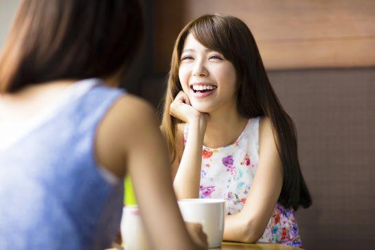 カフェで談笑する笑顔の女性