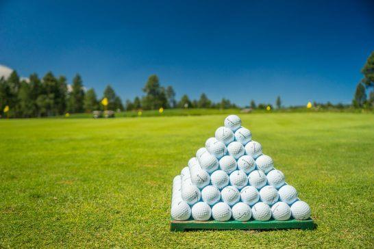 ゴルフボールとゴルフコース