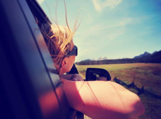 自動車でドライブする女性の横顔