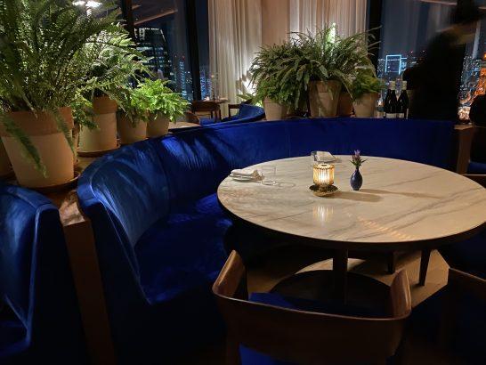 東京エディション虎ノ門のレストラン(ブルールーム)のテーブル(ディナー)