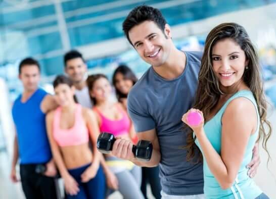 スポーツジムでトレーニングする男女