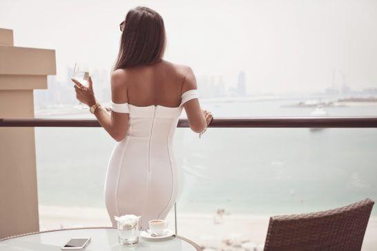 海を見るリッチな女性