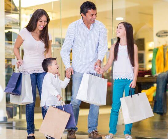 ショッピング中の笑顔の家族4人