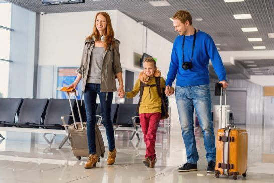 スーツケースを運ぶ家族