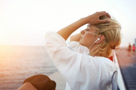 船上で音楽を聴く女性