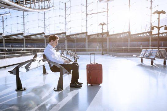 空港で飛行機を待つ男性