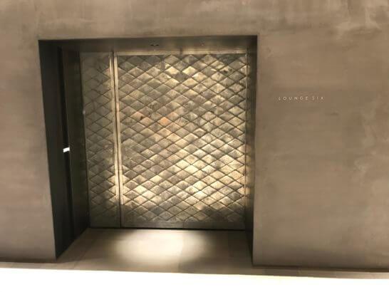 LOUNGE SIXの入り口の扉
