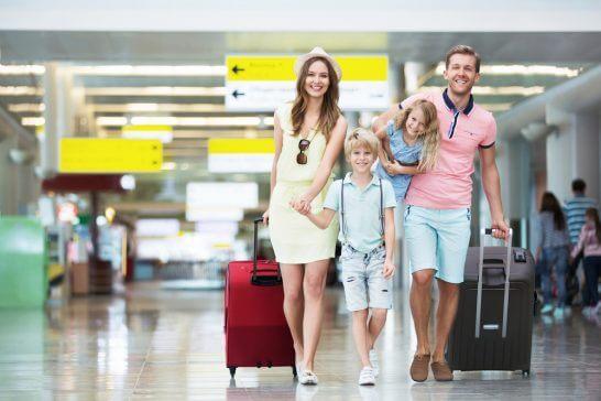 空港で移動する外国人家族