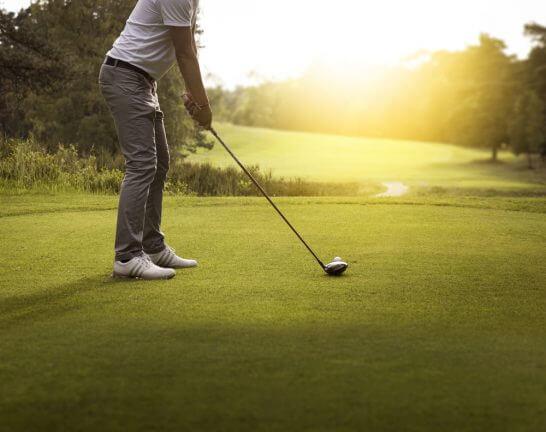ゴルフをプレーしている男性