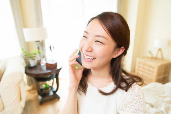スマホで電話・通話する女性