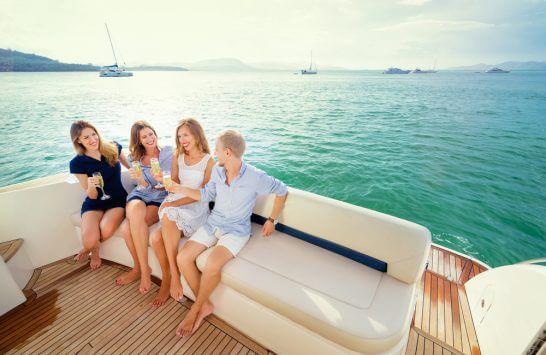 ヨットで航海するリッチな仲間たち