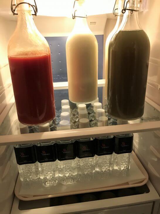 東京マリオットホテルのエグゼクティブラウンジの冷蔵庫(ミネラルウォーター、トマトジュース、ミルク、野菜ジュース)