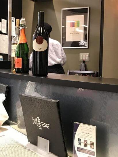 ワールドワインバー by ピーロートのカウンターの3本のワイン