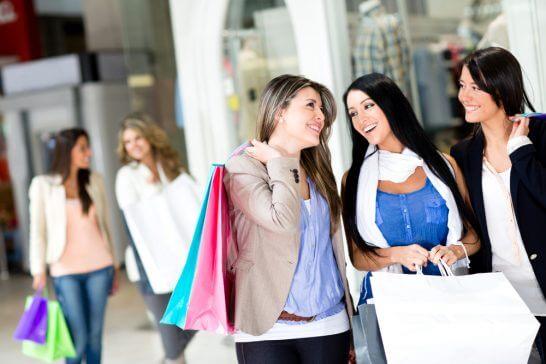 ショッピングする女性