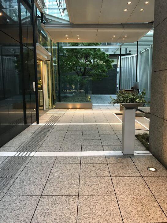 フォーシーズンズホテル丸の内 東京のビル入り口