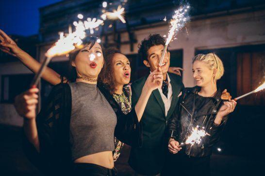 花火を楽しむ仲間たち