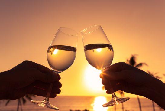 海辺での乾杯