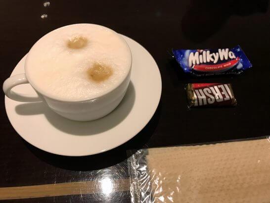 東京マリオットホテルのエグゼクティブラウンジのカプチーノとお菓子