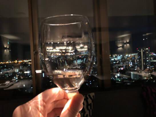 東京マリオットホテルのエグゼクティブラウンジの白ワイン