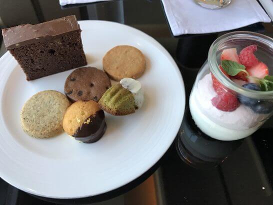 シャングリ・ラ ホテル 東京のホライゾンクラブのアフタヌーンティーのスイーツ