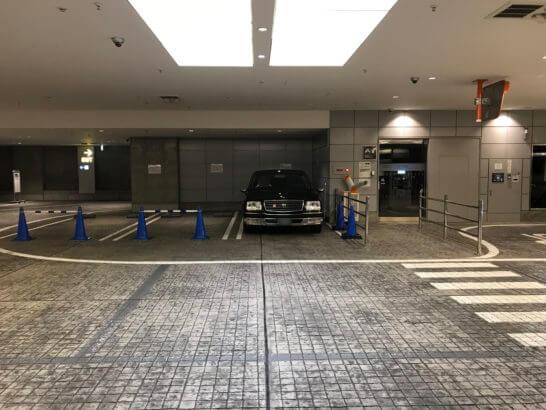 ラグジュアリーリムジン が駐車場に待機しているところ