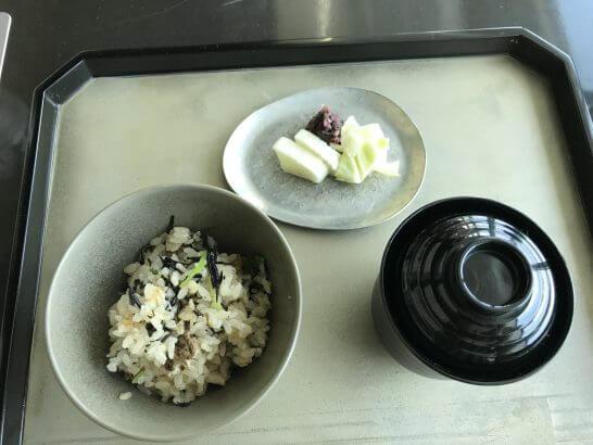 コンラッド東京の風花の地鶏と鹿尾菜炊き込みご飯、味噌汁、留め椀、香の物