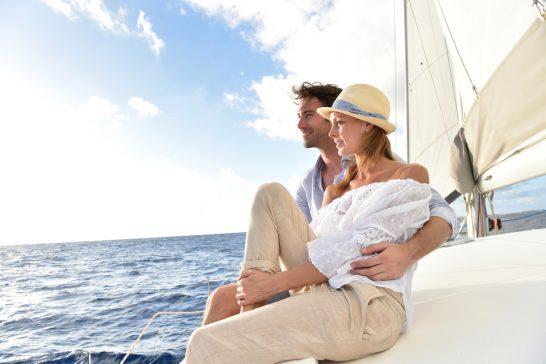 ヨットで航海するリッチな男女