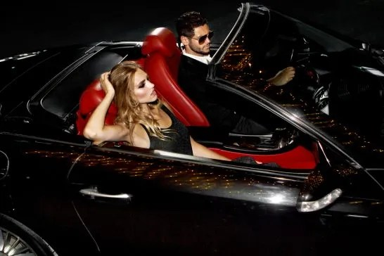 高級車に乗るリッチな男女