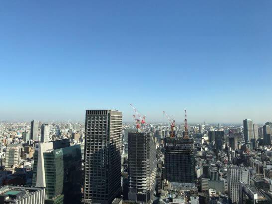 シャングリラ・ホテル東京のホライゾンクラブ ラウンジの窓からの眺め(お昼時間帯)