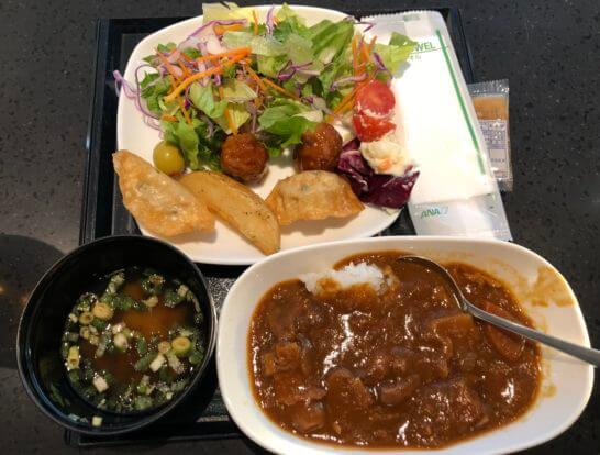 ANAラウンジ(羽田国際線)のサラダ、溝知る、餃子、ミートボール、ポテト、カレー