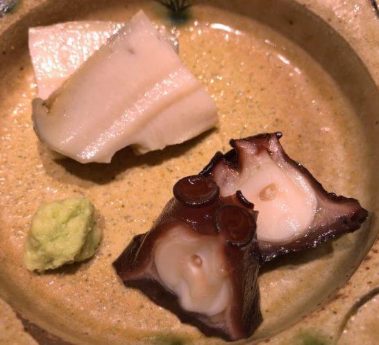 鮨さいとうの蒸し鮑と鮹の桜煮のアップ