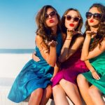 キスマークのポーズの3名の女性