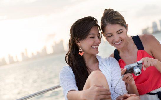 船でデジカメを見る女性