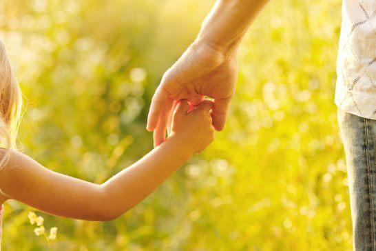 手を結ぶ親子