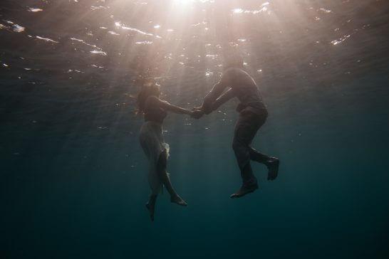 海の中で泳ぐ男女