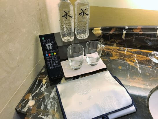 シャングリラホテル東京のアメニティケースとミネラルウォーター
