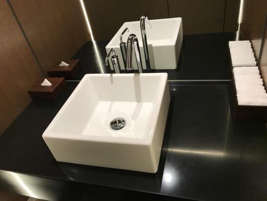 ザ・プリンスギャラリー 東京紀尾井町のクラブラウンジのトイレの洗面台