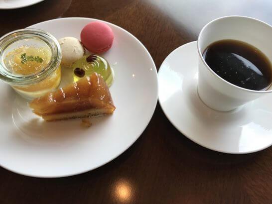 ザ・プリンスギャラリー 東京紀尾井町のクラブラウンジのコーヒー、マカロン