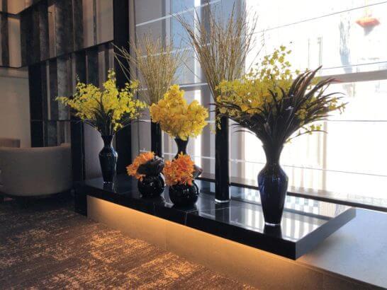 ダイナースクラブ 銀座プレミアムラウンジの窓際の花