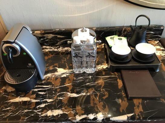 シャングリラホテル東京のコーヒーマシン・ミネラルウォーター