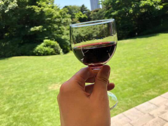 フランス大使公邸の庭での赤ワイン