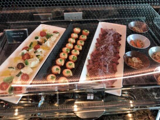 ザ・プリンスギャラリー 東京紀尾井町のクラブラウンジの豆腐のカプレーゼ、スモークサーモンのフリフォリテ、ローストビーフ、きんぴら大根
